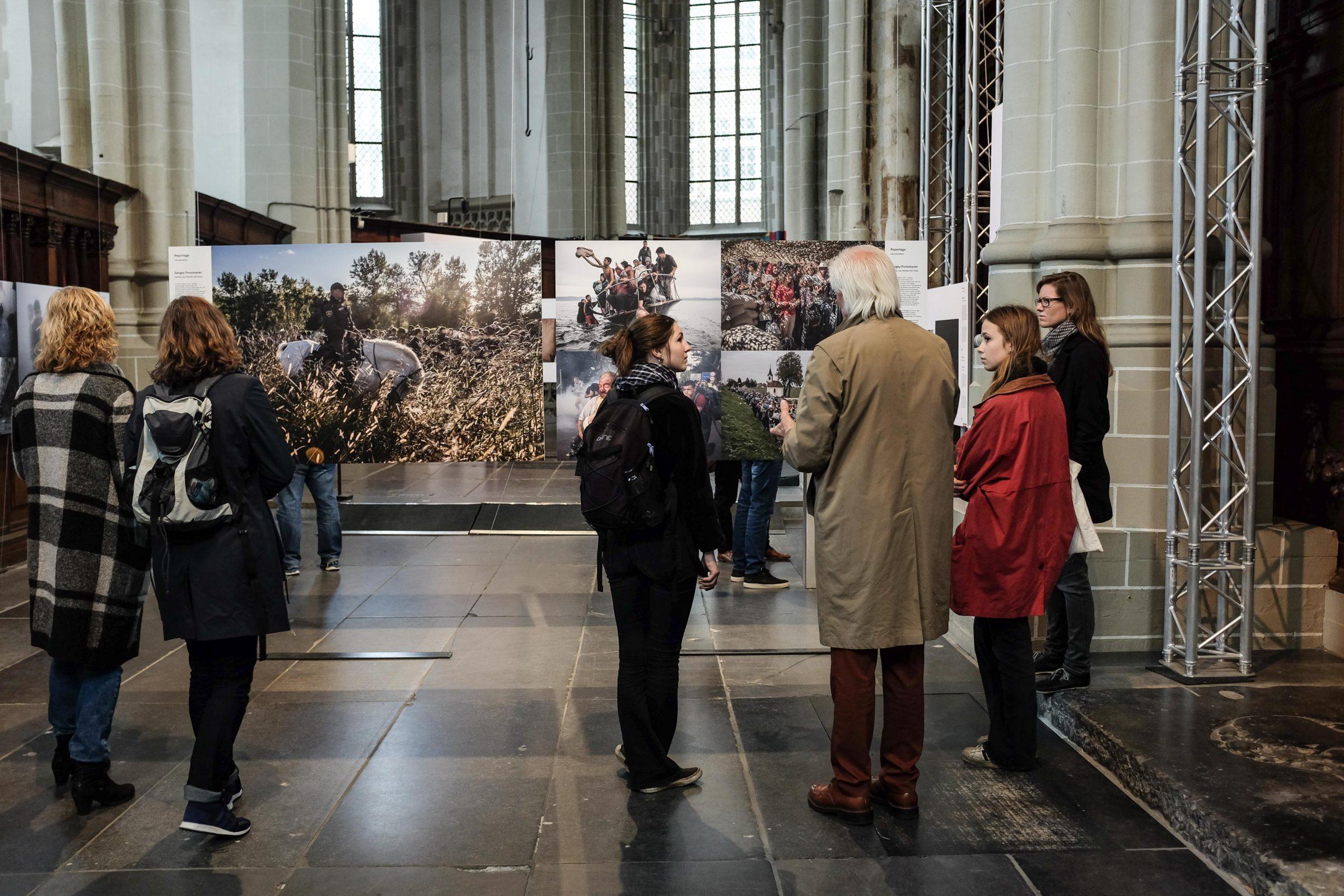 Een man left uit hoe het is om vluchteling te zijn bij de World Press Photo tentoonstelling 2016 in Amsterdam